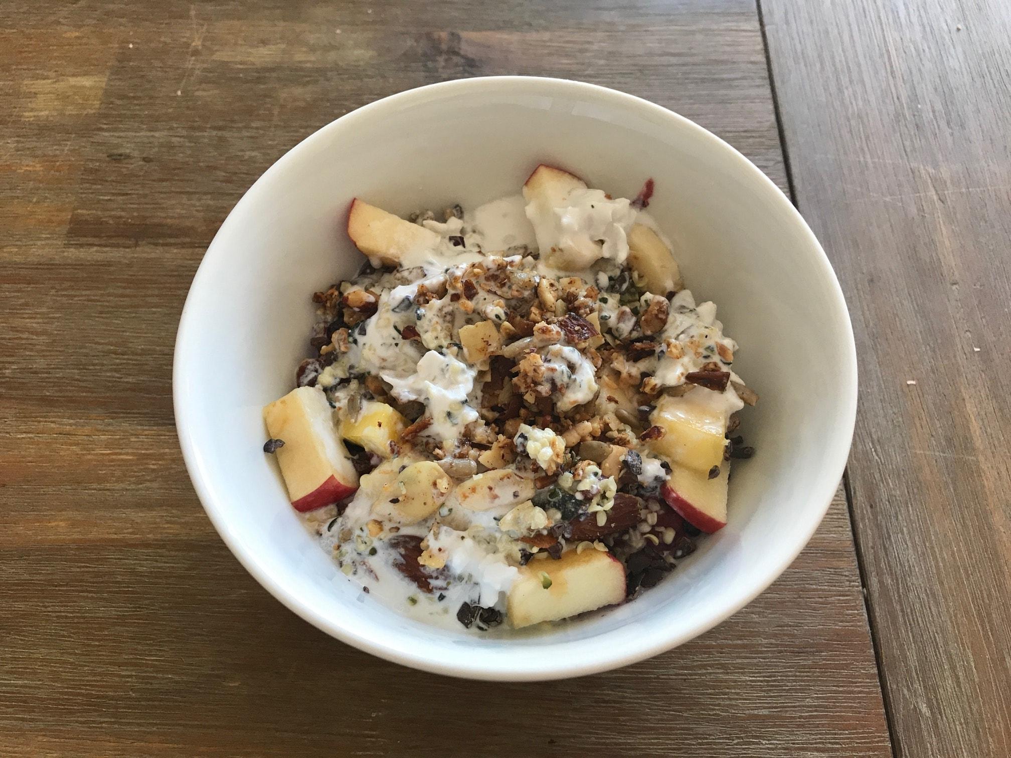 Müsli mit Kokosmilch und Früchten